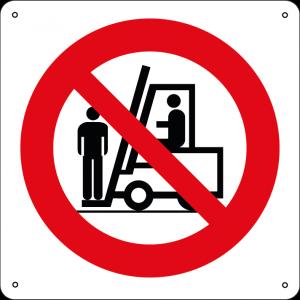 Vietato salire sulle forche dei carrelli elevatori quadrato